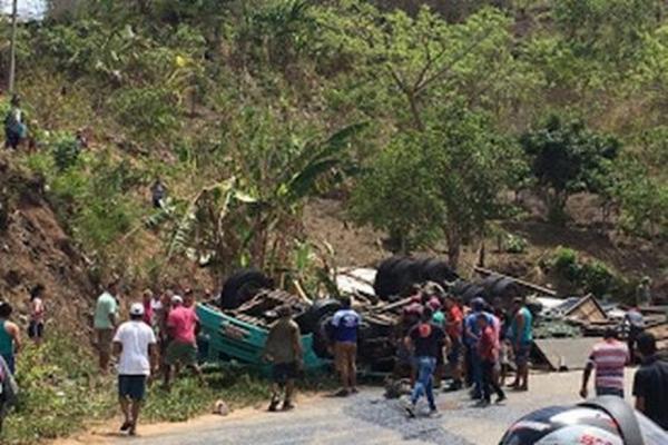 Caminhão perde controle em rodovia e dois trabalhadores morrem presos nas ferragens