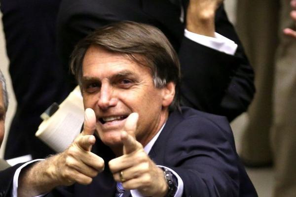 Bolsonaro assina decreto que flexibiliza posse de arma