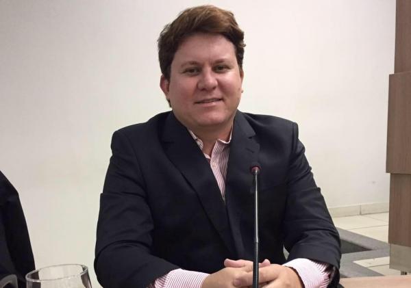 """Koloral critica assessores de deputado, comenta disputa de 2020 e exalta Livânia: """"mais forte do que nunca"""""""