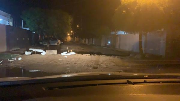 """Filho de secretário da prefeitura de Sousa denuncia desmando em bairro: """"O Raquel Gadelha está abandonado"""""""