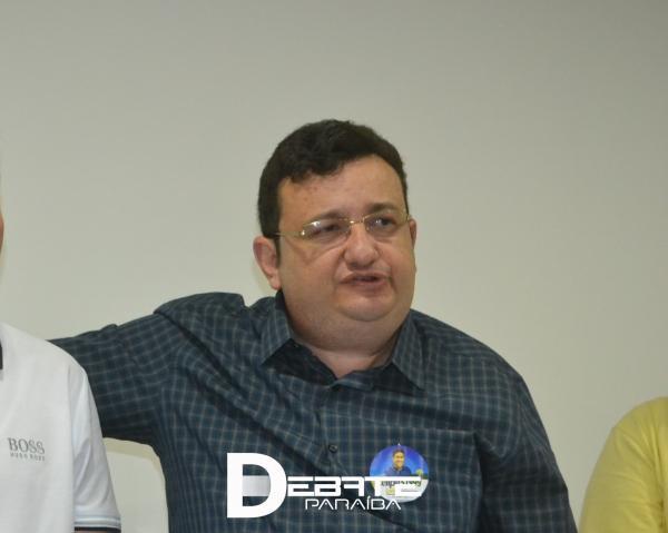 """Thalles Gadelha diz que Zenildo tem um """"sorriso falso"""" e que aceitou a ser secretário por """"vaidade"""""""