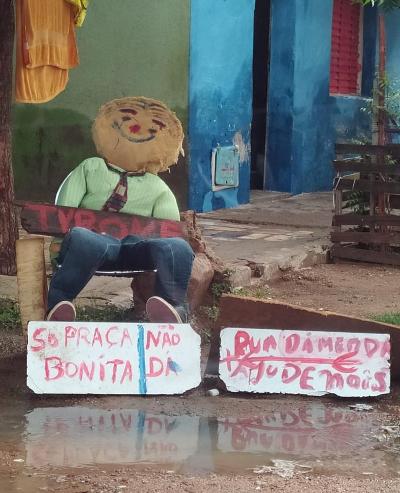 Moradores confeccionam boneco para protestar contra o prefeito de Sousa Fábio Tyrone. (Foto: Reprodução).