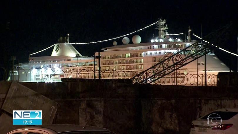 Navio de cruzeiro é mantido em isolamento no Recife