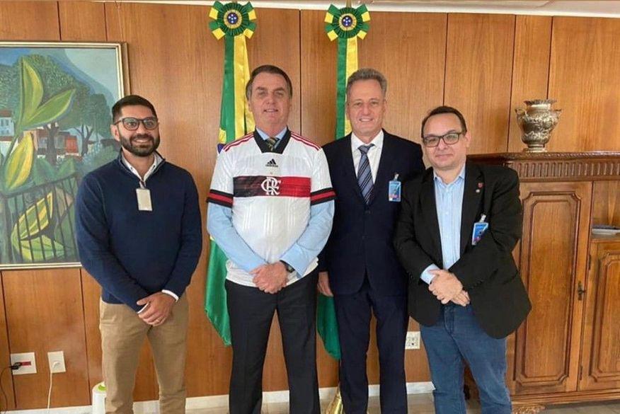 Bolsonaro se reúne com cartolas de Flamengo e Vasco em apelo por volta do futebol