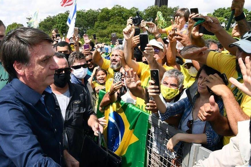 'Povo quer liberdade e democracia', afirma Bolsonaro após manifestação