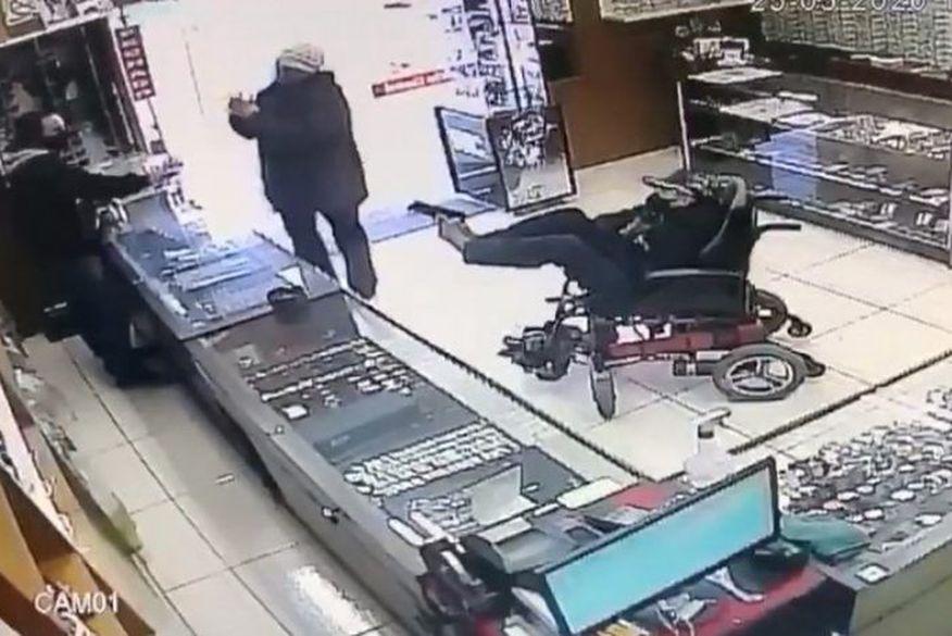 Cadeirante mudo é detido ao tentar assaltar relojoaria com arma nos pés