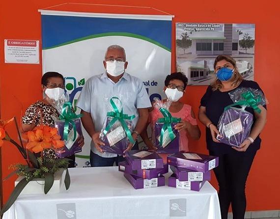 Prefeito Valdemir Oliveira entrega tablets as ACS's. (Foto: Divulgação).