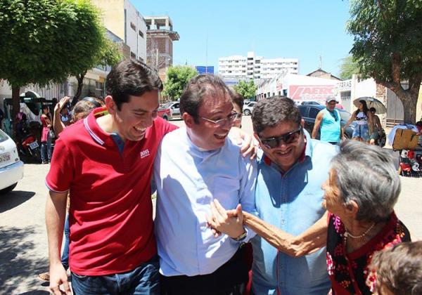 Em Patos, Felipe Leitão participa de aniversário do radialista Abrantes Júnior e é recebido por populares