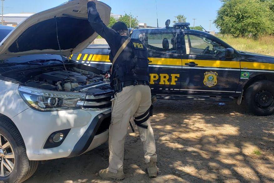 O condutor da Hilux foi detido e deverá responder judicialmente pelo crime de receptação de veículo roubado. (Foto: Divulgação/Nucom PRF-PB).