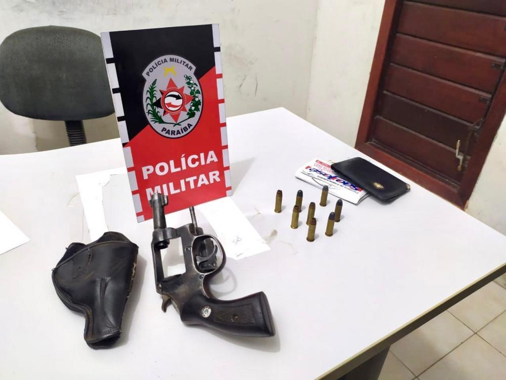 PM apreende arma de fogo em Sousa. (Foto: Reprodução).