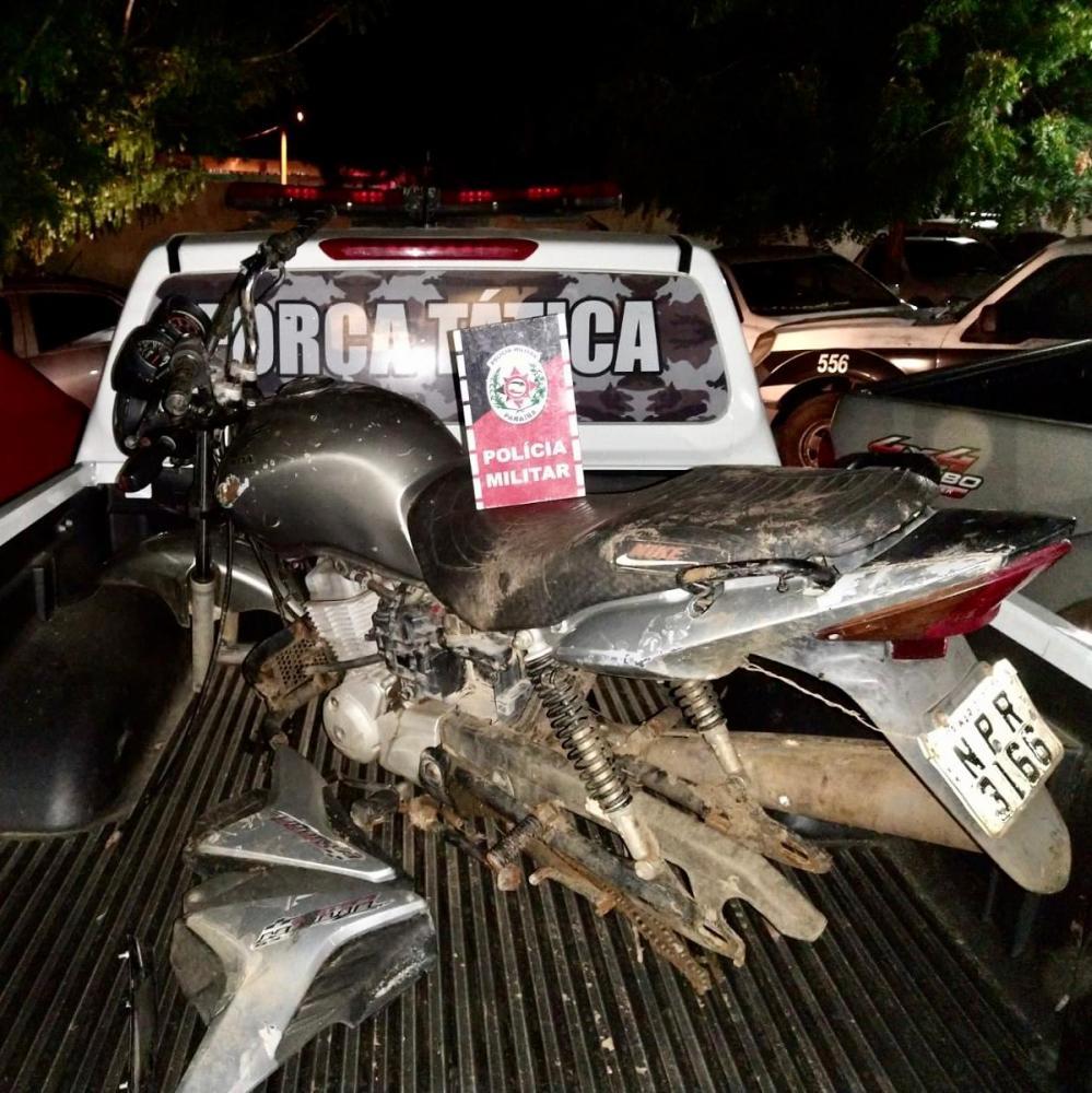 Polícia Militar localiza motocicleta em processo de desmonte em terreno baldio em Sousa