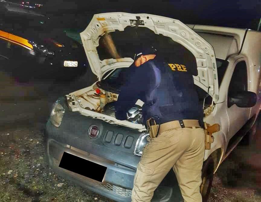 Policiais rodoviários recuperam veículo roubado que circulava com documento falso