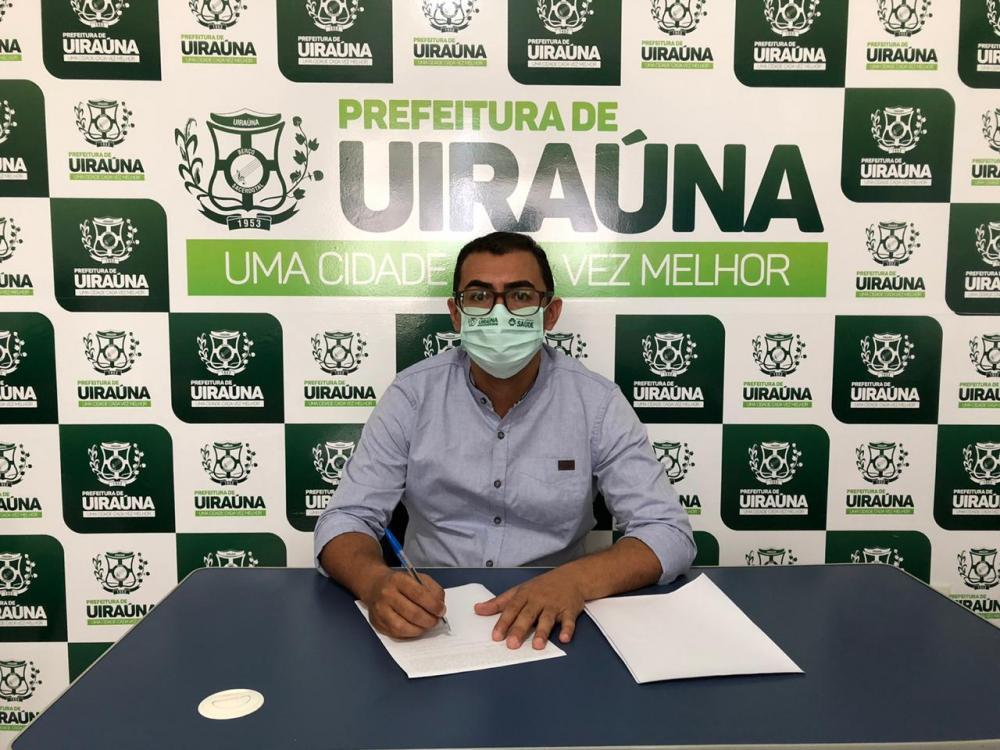 Prefeito Segundo Santiago assina contrato de serviço de revitalização da iluminação pública em Uiraúna