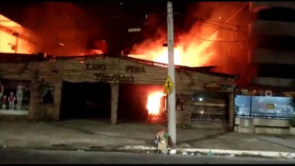 Dois menores são apreendidos suspeitos de atearem fogo para roubar loja na capital