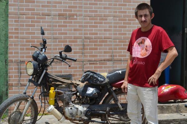 Paraibano analfabeto cria moto movida a água,após greve dos caminhoneiros e chama atenção de curiosos