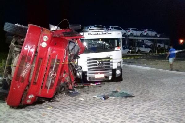 Caminhão-cegonha fica atravessado e provoca colisão na BR-230 em Marizópolis