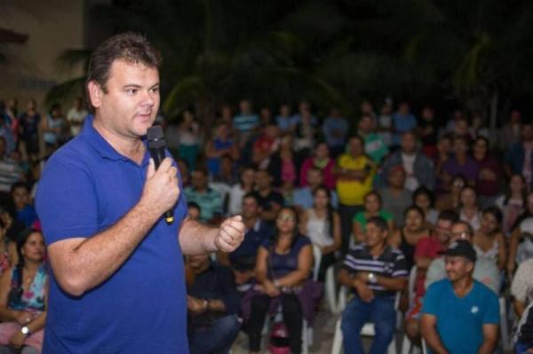 Para agradar eleitores, prefeito paraibano participa do batizado de um cachorro